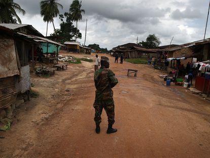 Un soldado vigila que se cumpla la cuarentena en Dolo Town, Liberia, durante la epidemia de Ébola de 2014.