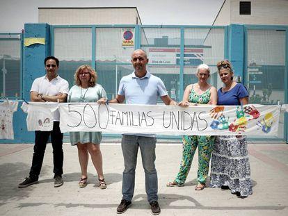 El exdirector del colegio Blas de Lezo (Madrid), Javier Montellano, en el centro, rodeado por padres y miembros del equipo directivo.