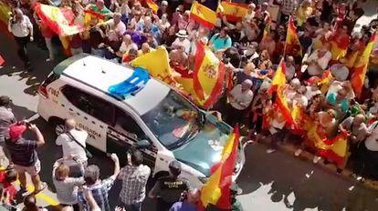 Decenas de personas despiden a agentes de la Guardia Civil en Huelva.