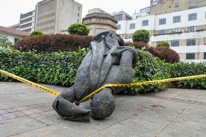 La estatua caída de Gonzalo Jiménez de Quesada, demolida por los indígenas Misak, en el centro de Bogotá.