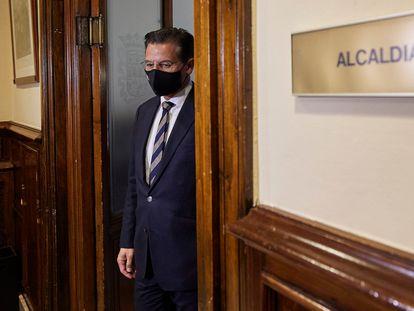 Luis Salvador, llega a la conferencia de prensa que ha ofrecido este jueves en el Ayuntamiento de Granada.