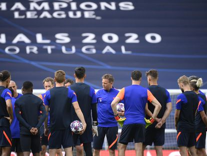 Nagelsmann rodeado de sus jugadores en Lisboa.