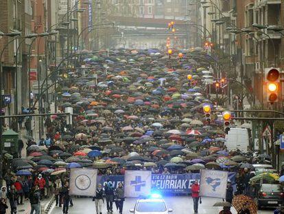 Vista frontal de la manifestación convocada por Herrira en Bilbao.
