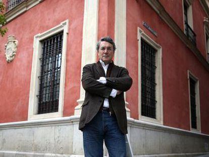 El escritor Andrés Trapiello, delante de la antigua Audiencia de Sevilla.