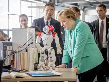 La canciller alemana, Angela Merkel, durante una visita a una compañía tecnológica en China en 2018.