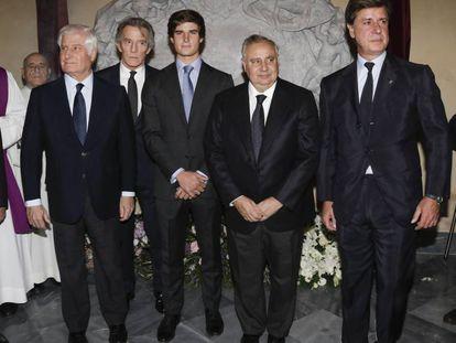 Desde la izquierda: El actual duque de Alba, Carlos Fitz-James Stuart y Martínez de Irujo; el viudo de la duquesa, Alfonso Díez; Carlos, uno de los nietos de la duquesa, y otros dos hijos de Cayetana de Alba, Fernando y Cayetano Martínez de Irujo, en Sevilla en 2017.