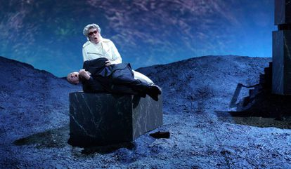 John Daszak, como duque de Bomarzo, y Hilary Summers, como Diana Orsini, abuela del duque, en el Teatro Real.