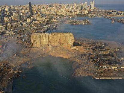 Aspecto del puerto y el frente de la ciudad de Beirut, un día después de la explosión.