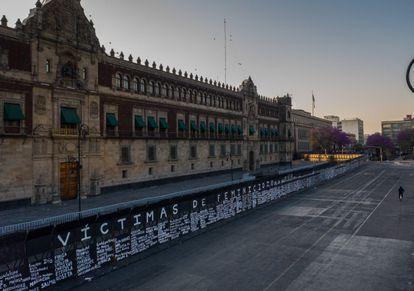 Una valla perimetral instalada frente al Palacio Nacional fue intervenida por colectivos feministas con los nombres de mujeres asesinadas en México, el día de hoy.