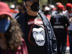 Un hombre con una camiseta de la máscara usada en 'La Casa de papel' en Quito (Ecuador).
