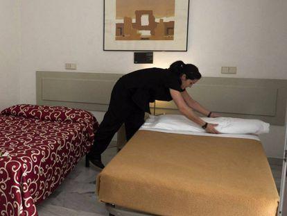 Una camarera de piso o 'kelly', trabajando en un establecimiento de Sevilla.