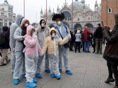 Una familia se retrata ayer en Venecia cuyo carnaval fue suspendido.
