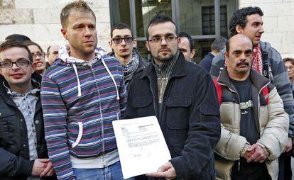 Vicente Gasó y Julián Oviedo, trabajador y director del centro ocupacional respectivamente, muestran el documento firmado por la Consejería