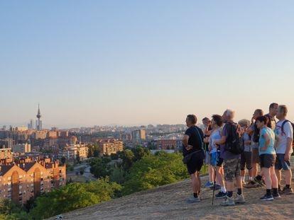 Deportistas al amanecer en el parque de las siete tetas de Madrid.