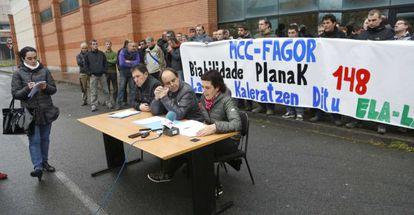 El comité de empresa de Grumal ha comparecido en Azpeitia para denunciar su situación tras el cierre de Fagor.