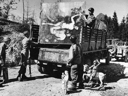 Soldados aliados recuperan obras de arte robadas y escondidas por Hermann Goering en una cueva de los Alpes bávaros en 1945.