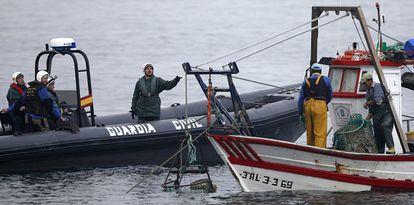 El patrón de un pesquero español dialoga con la Guardia Civil.