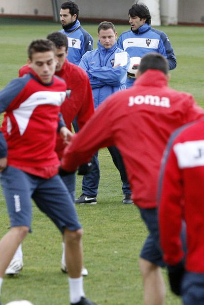 Mario Simón dirige un entrenamiento con el Albacete.