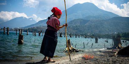 Maria Feliziana Ujpan Mendoza realiza rituales en la orilla del lago Atitlán.