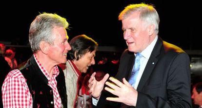 El primer ministro del 'land' de Baviera, Horst Seehofer (dcha), con Jupp Heynckes, entrenador del Bayern, este domingo en Múnich.