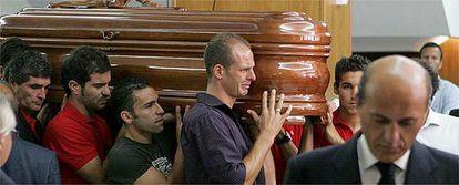 El féretro con el cuerpo sin vida de  Puerta es portado por el entrenador del Sevilla, Juande Ramos, y los jugadores Enzo Maresca, David Castedo, Kepa Blanco y Jesús Navas