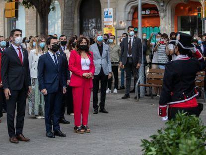 El president Pere Aragonès, junto con Jordi Puigneró y Laura Vilagrà, en la ofrenda floral  a Rafael Casanova de la Diada.