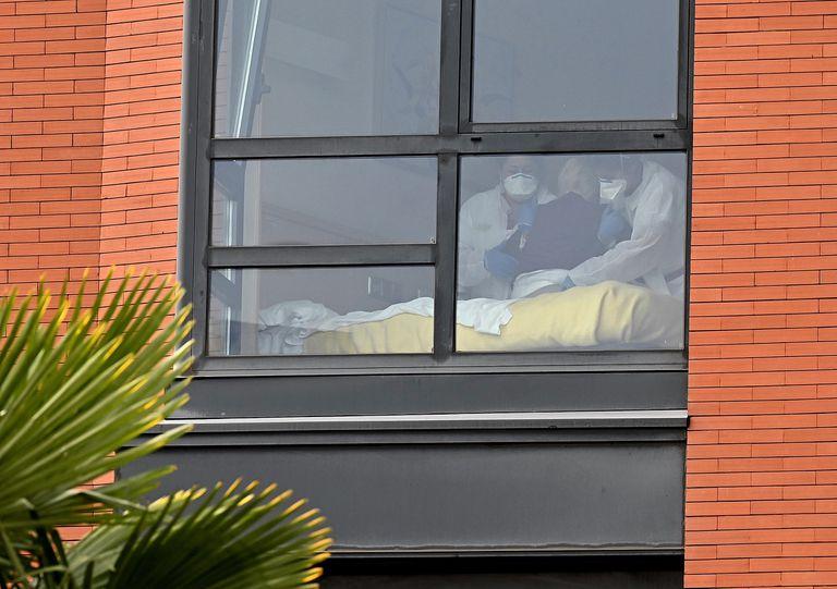 Dos trabajadoras asisten a un anciano en la residencia Monte Hermoso de Madrid, este miércoles