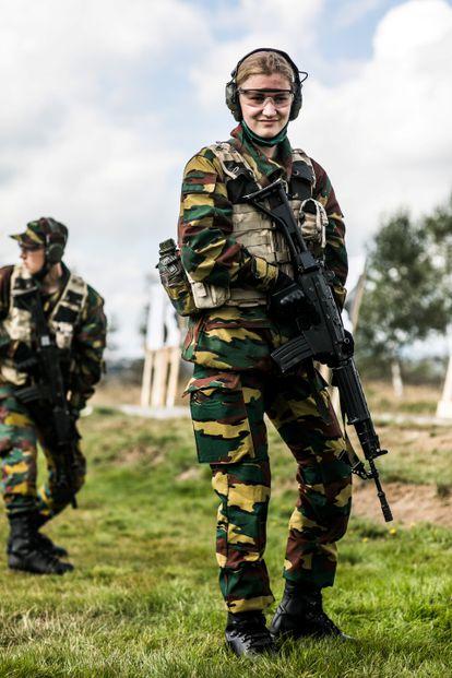 Isabel de Bélgica, uniformada como militar en el campo de Elsenborn (Bélgica).