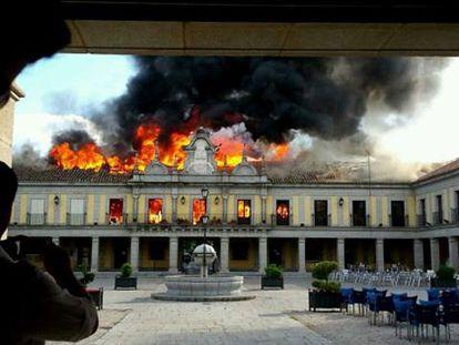 El incendio del salón de plenos se ha propagado por las casas aledañas.