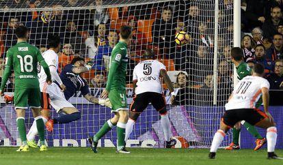 Mangala marca el gol del Valencia.