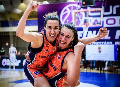 Queralt Casas, mvp de la final, y Raquel Carrera, que anotó los dos tiros libres decisivos, celebran la Eurocup de Valencia