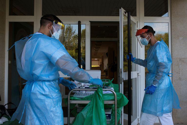 Dos sanitarios trabajando en la residencia de mayores Os Gozos, en O Pereiro de Aguiar (Ourense).