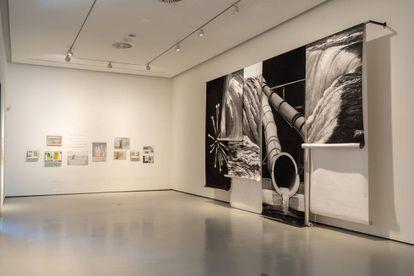 Vista de la exposición en el CAB, con una obra de Raúl Artiles, a la derecha.