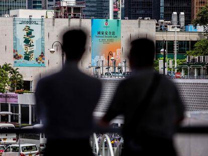 Un cartel que promueve la nueva ley de Seguridad Nacional en Hong Kong cuelga de un edificio.