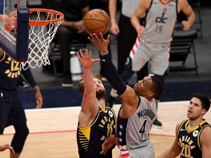 Westbrook se eleva por encima de Sabonis en el partido entre Washington e Indiana.