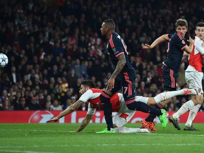 Giroud marca de cabeza el primer gol del Arsenal.