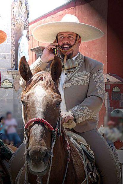 Un mariachi habla por el móvil