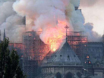 En vídeo, vista del incendio en la catedral de Notre Dame de París, este lunes.