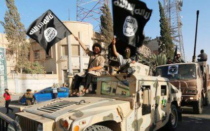 Yihadistas del EI a bordo de un Humvee en Siria.