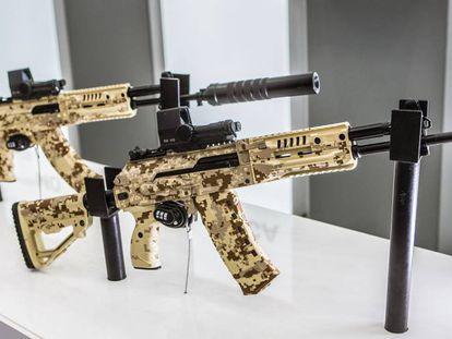 Dos fusiles Kalashnikov.