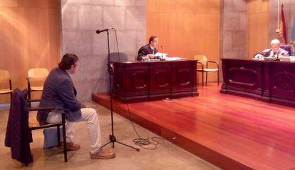 El médico acusado de traficar con morfina, el pasado miércoles en la Audiencia Provincial de Asturias, en Oviedo.
