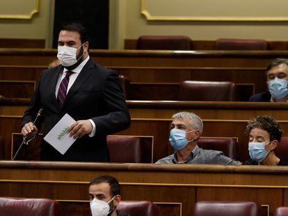 El diputado de EH Bildu Jon Iñarritu, de pie, interpela al Gobierno durante la sesión de control, este miércoles en el Congreso.