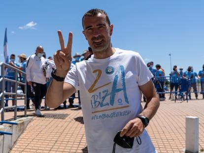 El entrenador de la UD Ibiza, Juan Carlos Carcedo, celebra el regreso de su equipo a LaLiga SmartBank en mayo.