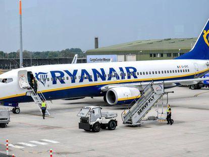 Un avión de Ryanair estacionado en la pista en el aeropuerto de Weeze, Alemania.