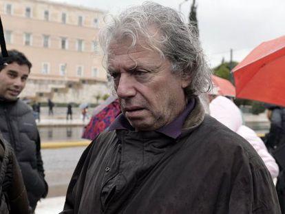 El padre de Nikos Romanós espera ante el Parlamento durante la votación de la nueva ley sobre permisos penitenciarios.