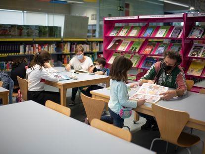 Varios padres con sus hijos, el martes por la tarde en la biblioteca María Moliner de Villaverde.