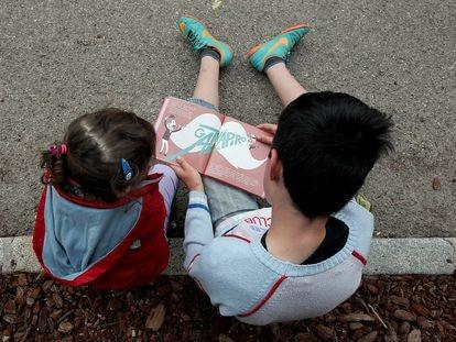 Niños leyendo un libro, en una imagen de archivo.