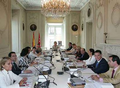 La presidenta de la Comunidad, Esperanza Aguirre, en el primer Consejo de Gobierno de la legislatura.