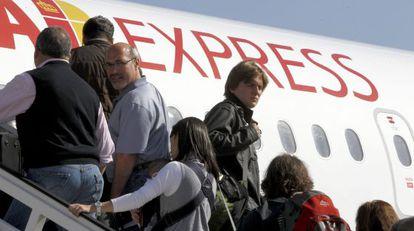 Pasajeros del vuelo inaugural de Iberia Express, el domingo.