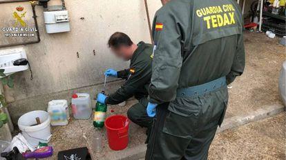 Agentes de la Guardia Civil se incauta de un alijo del explosivo conocido como 'madre de Satán'.